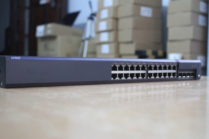 Switch Juniper EX2200-24T-4G, 24-port 10/100/1000BaseT with 4 SFP uplink ports (optics not included)